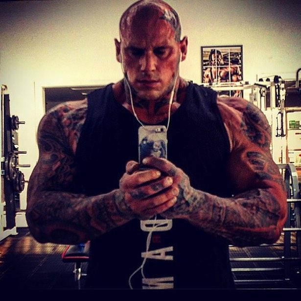 Hombre de músculos enormes