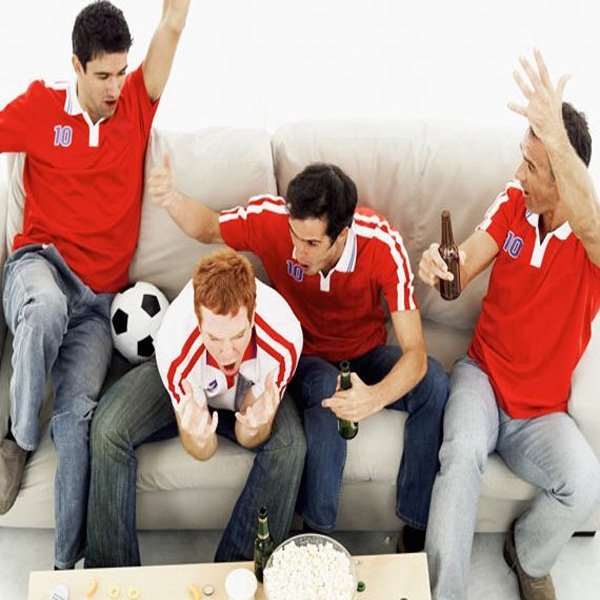 Amigos viendo el futbol