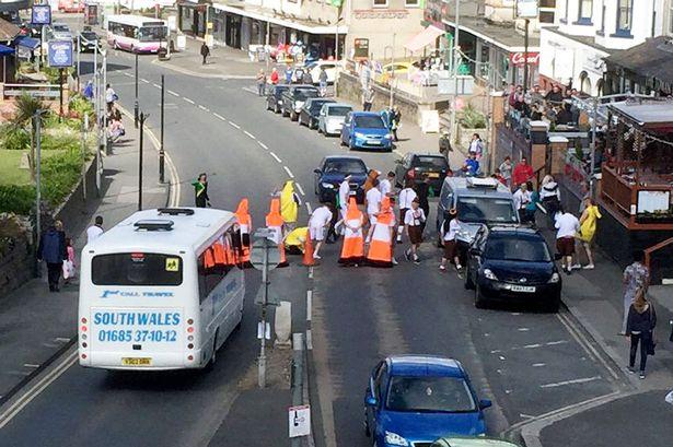 conos de transito disfrazados bloqueando calles