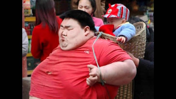 Chino obeso carga a niño en canasta