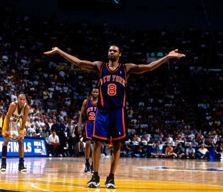 Jugador de la NBA levanta los brazos