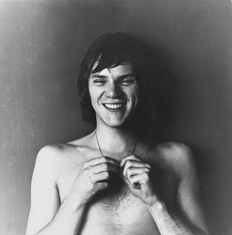 Malcolm McDowell sin camisa