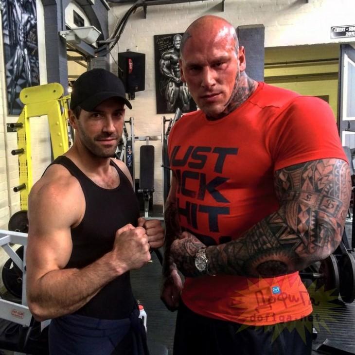 Hombres musculosos en gimnasio