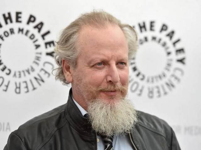 hombre con barba canosa y larga