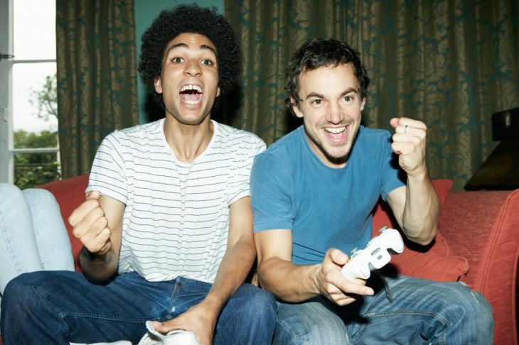 Dos amigos jugando videojuegos