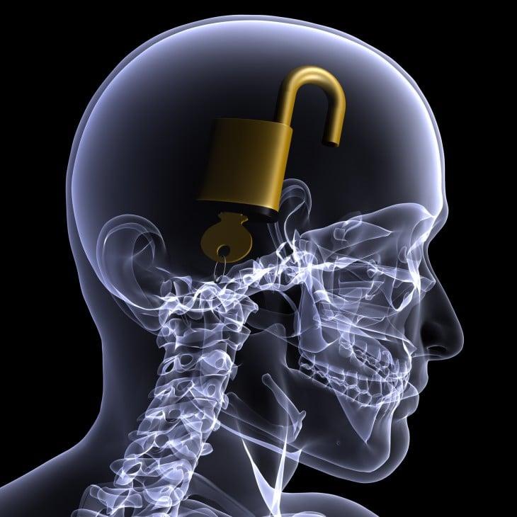 Candado abierto dentro de cabeza humana