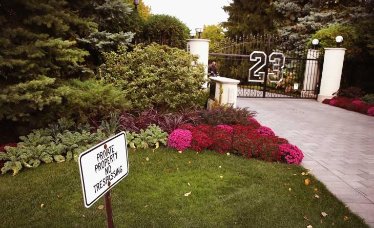 Entrada a mansión con número 23