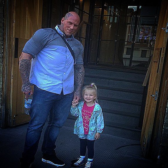 Gigante con su hija
