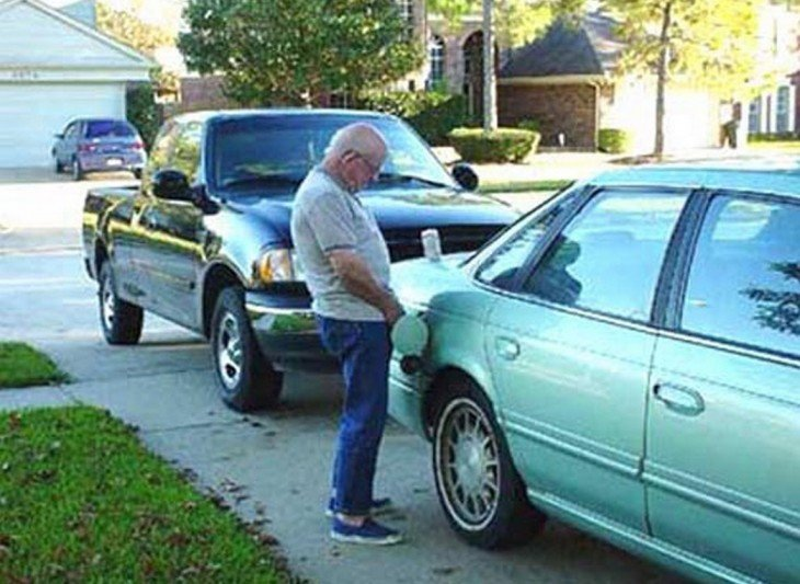 Hombre orina en el tanque de su coche