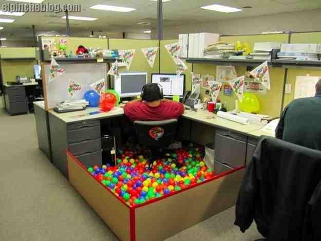 Alberca de pelotas en oficina