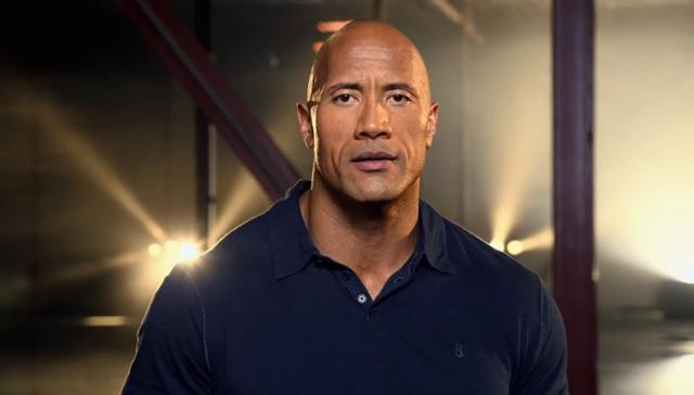 The Rock con camisa azul