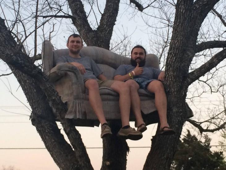 Hombres en sofá en el árbol