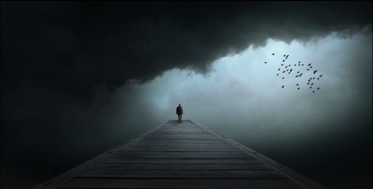 Hombre solitario camina