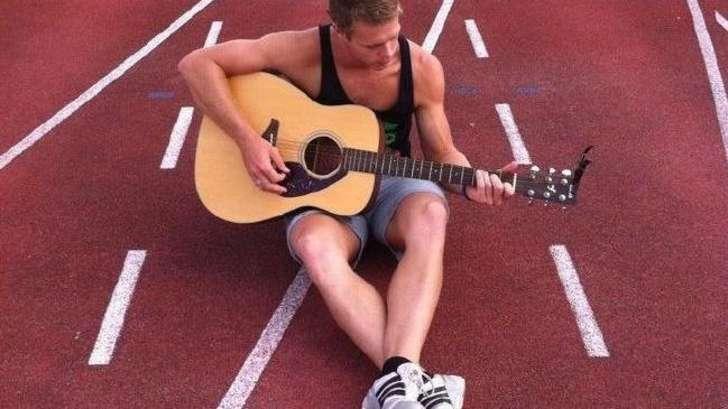 Tom tocando la guitarra