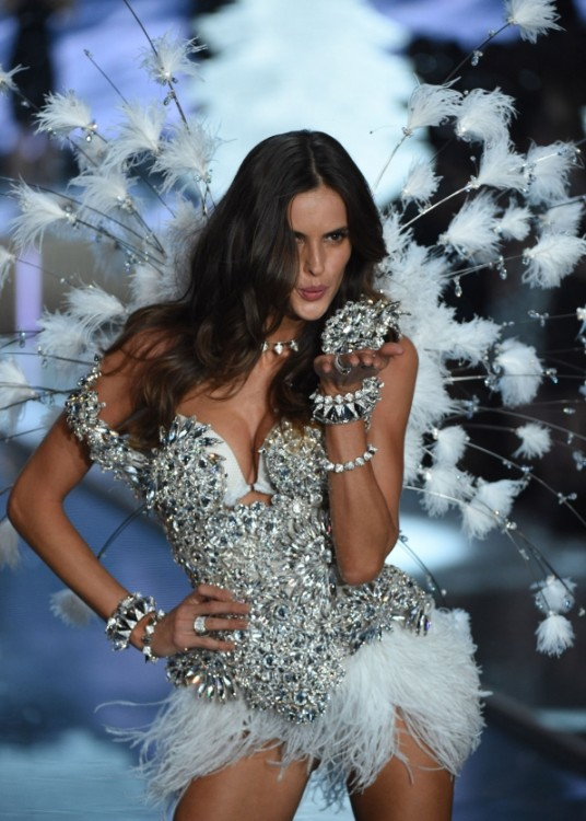 iza goulart angel de hielo en Victoria's secret fashion show desfile