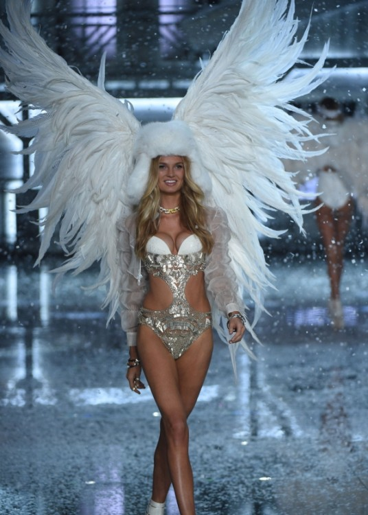 angel de nieve rubia modelo en Victoria's secret fashion show desfile