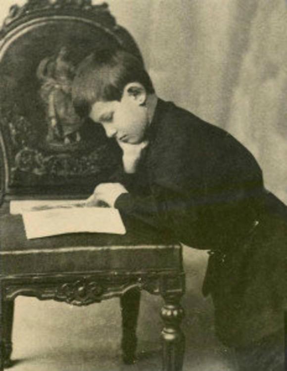 Niño genio leyendo
