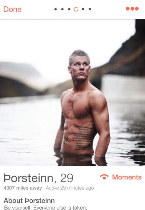 Hombre en perfil mostrando el abdomen
