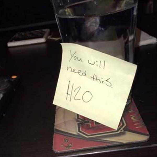 vaso de agua a chica borracha