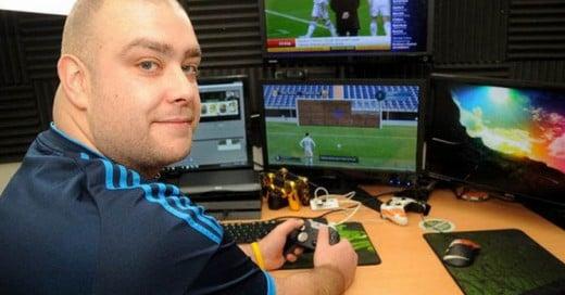 A este hombre le pagan por jugar FIFA por 12 horas los 7 días de la semana!