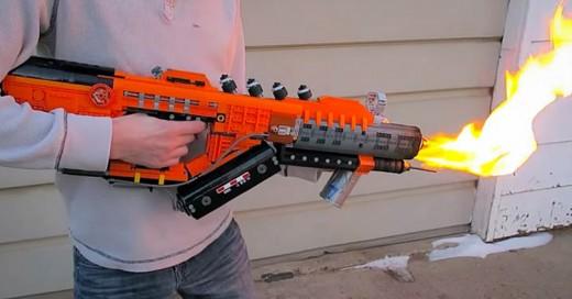 Este hombre construyó un Lanzallamas... ¡con Lego!