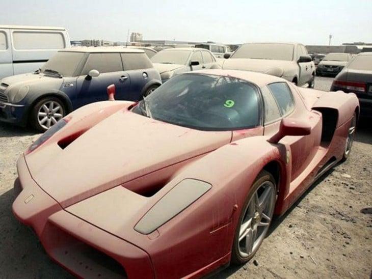 Ferrari abandonado en Dubai