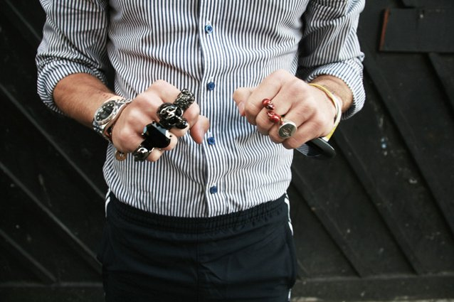hombre mostrando los anillos en su mano izquierda y su mano derecha