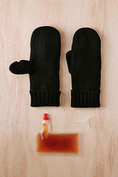 guantes con un espacio especial para guardar alguna bebida