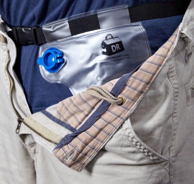 cinturón con una bolsa para cargar bebidas alcohólicas debajo de un short