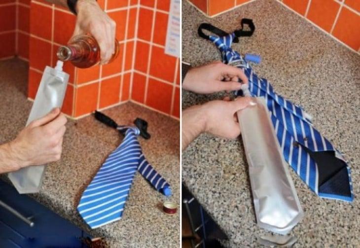 Corbata con una bolsa especial para tus bebidas con alcohol