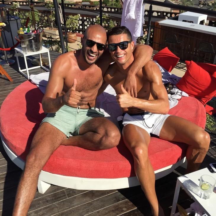 Ronaldo y Badr abrazados en un sillón
