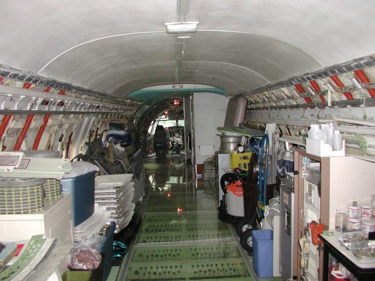 Avión convertido en casa en el bosque