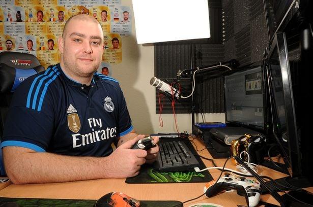 Jamie Bateson jugando Fifa 16