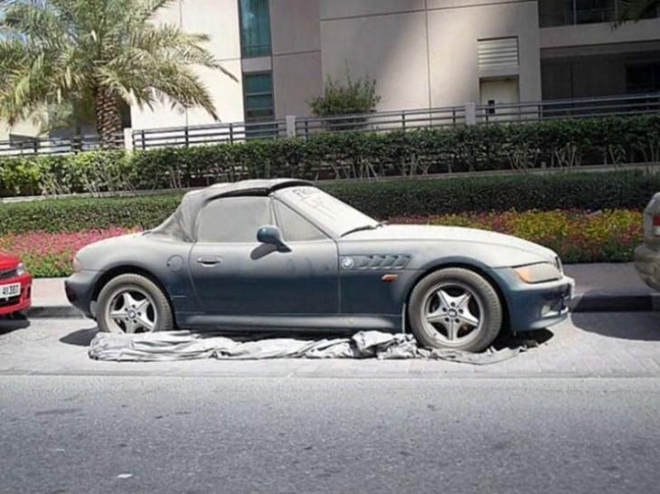 Auto abandonado en Dubai