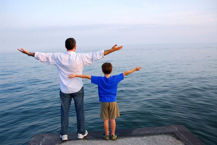 Padre e hijo ante el mar