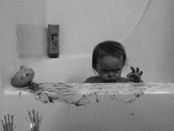 Hija siniestra en la tina de baño