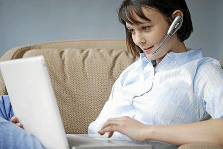 Chica en la computadora con audífonos