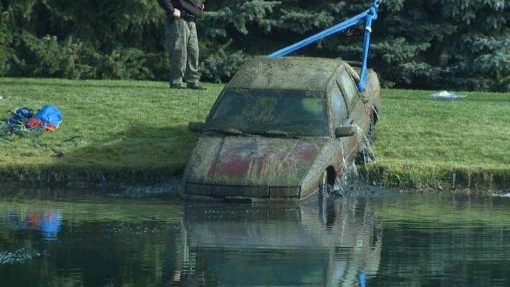 Retiran auto de estanque