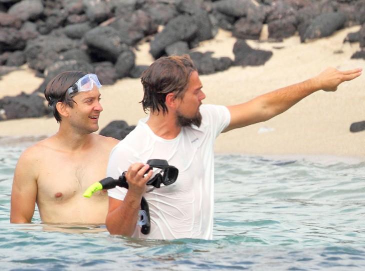 Di Caprio en la playa con su amigo Tobey Maguire