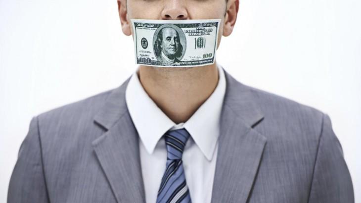 Hombre con billete en la boca