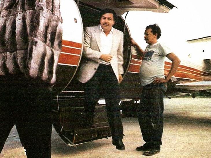 Pablo Escobar desciende de avioneta