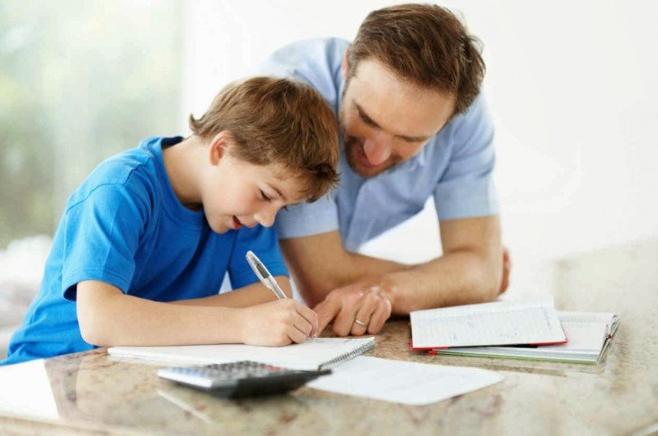 Padre e hijo estudiando