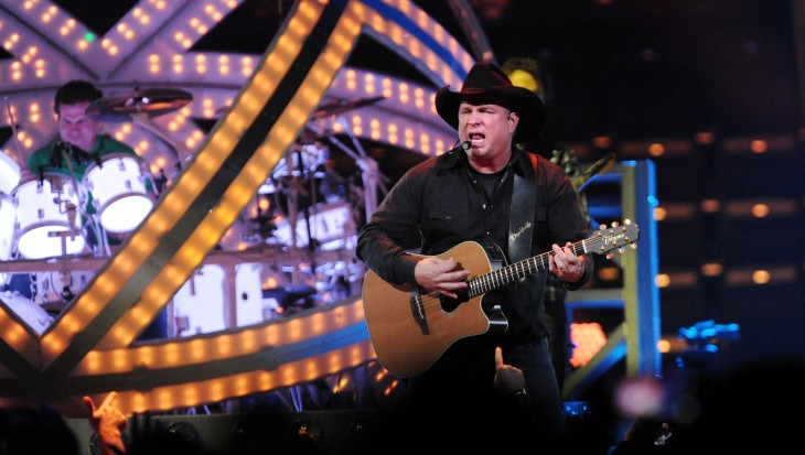 Garth Brooks con guitarra y en concierto