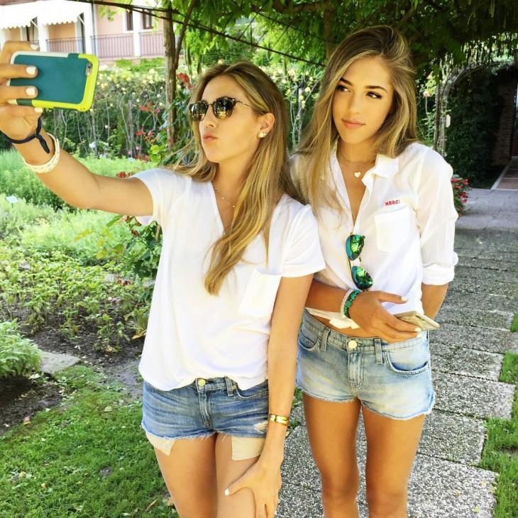 Sophia y Sisitine, hijas de Stallone se toman selfie