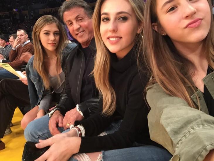Stallone y sus tres hijas en el juego de los Lakers
