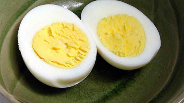 Huevo cocido abierto a la mitad