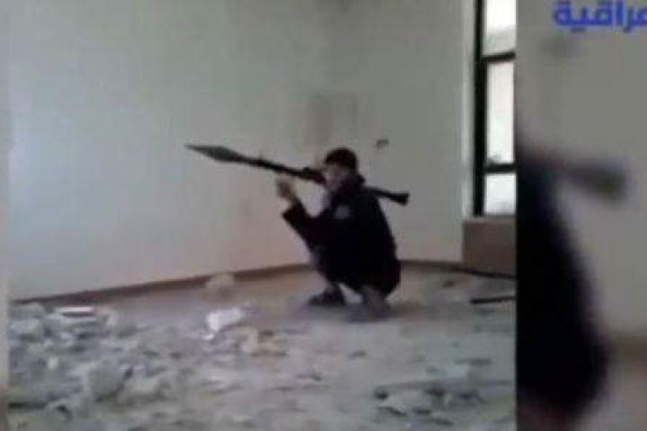 Soldado de ISIS apunta con bazuca
