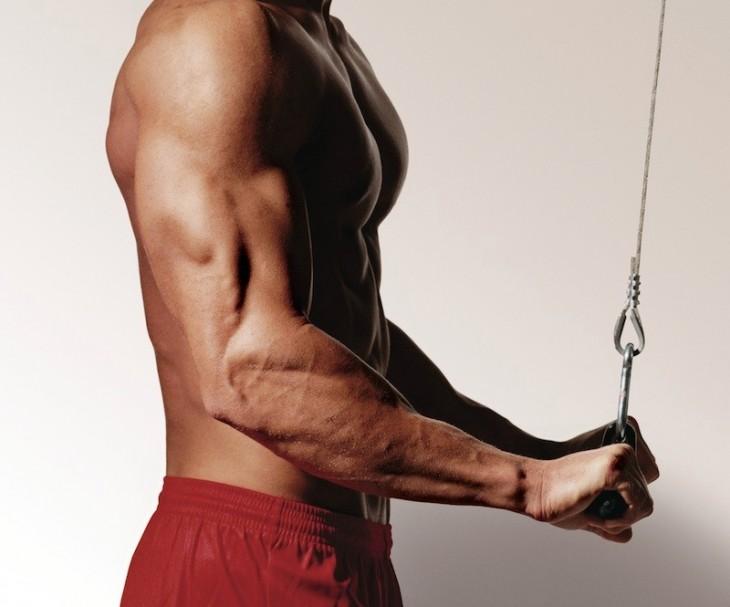 Hombre haciendo ejercicio de tríceps