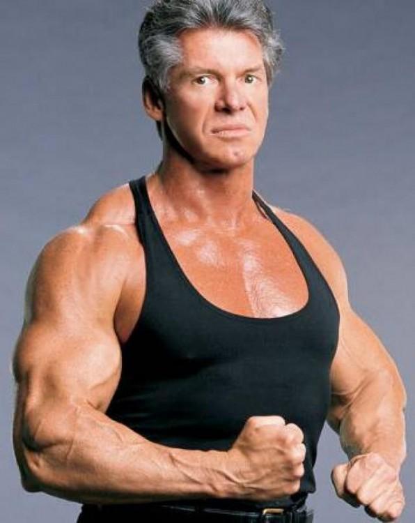 Vince McMahon con playera de tirantes