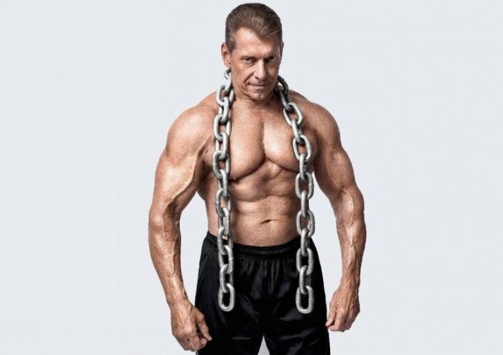 Vince McMahon con cadenas sobre los hombros